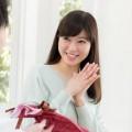 男性に笑顔を見せる女性