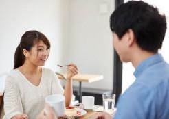 喫茶店で会話をする男女
