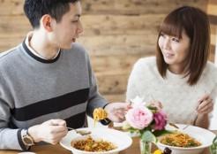 話をしながら食事する男女