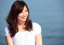 笑顔の白い服を着た女の人