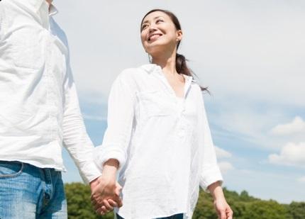 男性と手をつなぐ女性