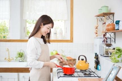 料理をするエプロンをした女性