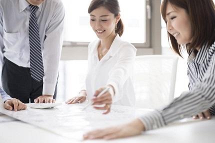 職場で仕事をする女性と男性