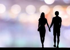 手をつないで歩くカップルのシルエット