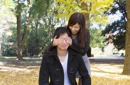 男性に目隠しをする女性