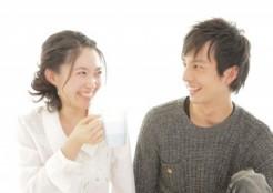 笑顔で会話する男性と女性