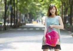ピンク色のハートのバッグを持つ女性