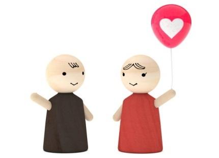 男の子人形とハートの風船を持つ女の子人形
