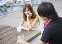 飲み物を飲む若いカップル