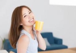 マグカップを持つキュートな女性