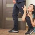 男性の足にすがる女