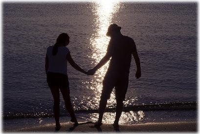 湖の岸で手をつなぐ男女