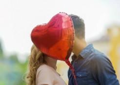 ハートの赤い風船と男女