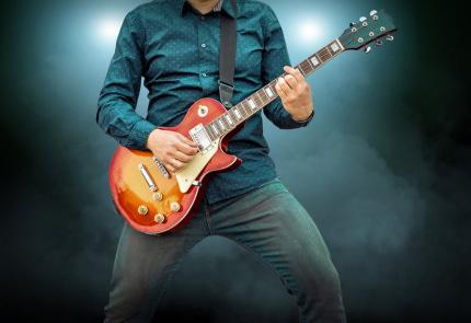 ギターをかかえる男性
