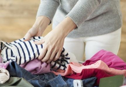 たくさんの洋服と女性の手