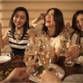 お酒を飲む3人の女