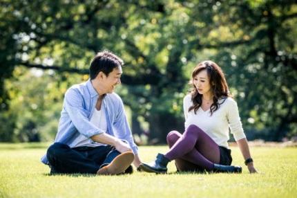 広場で会話をする男女