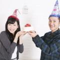 誕生日を祝うカップル
