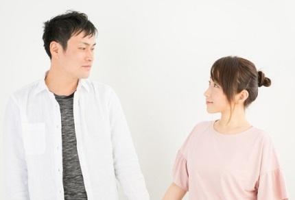 顔を見合わす男性と女性