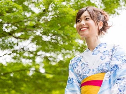 水色の花柄の浴衣を着る女性