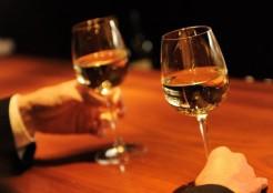 ワインを飲む二人の手元
