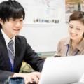 PC操作をする男性と指導する女性