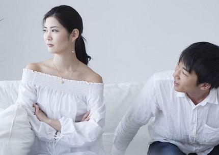 そっぽを向く女性ととなりに座る男性