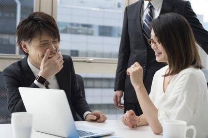 社内で話をする男性と女性