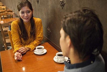 カフェでお茶を飲む男女