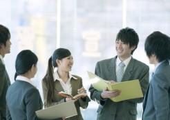 職場で会話をする複数の男女