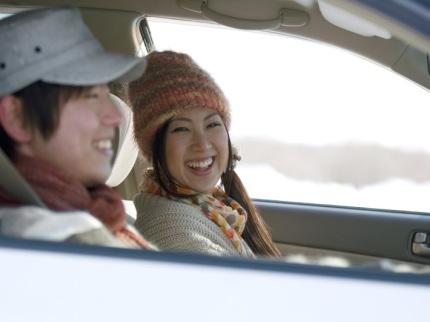 車でドライブするカップル
