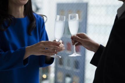 乾杯をする2人