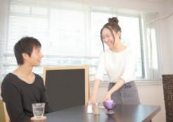 カフェ店員女性と男性客