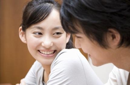 笑顔で男性を見る女の人