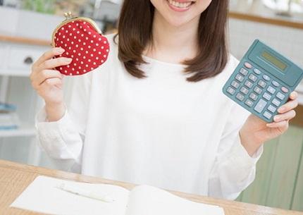 財布と計算機を持った女性