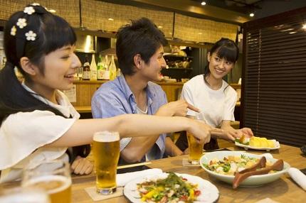 食事をとりわける女性と男女