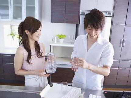 男性に飲み物を入れる女性