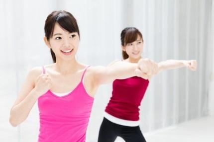 体を動かす2人の女性