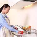 料理をする女の人