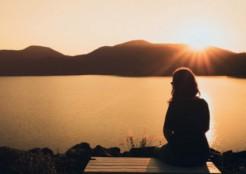 夕日を見るひとりの女性